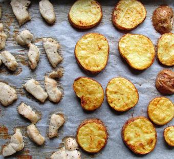 Pečené brambory skuřecím masem arajčatovou omáčkou